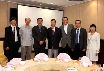 (左起)潘明倫教授、黃煜教授、楊家駿先生、吳清輝校長、王祿誾先生、何鏡煒博士及陳鄭惠蘭女士共進午餐,交流分享。