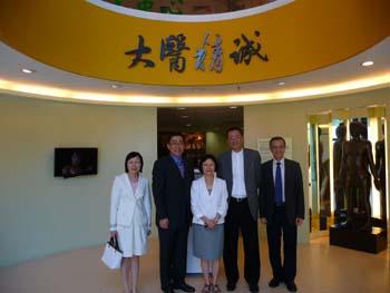 (左起)陳鄭惠蘭女士、楊家駿先生、蕭文鸞教授、王祿誾先生及何鏡煒博士參觀中醫藥學院。
